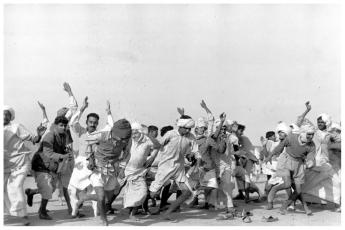 henri-cartier-bresson-refugees-performing-exercises-kurukshetra-india-1947