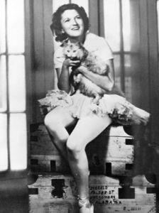 Zelda vestida de bailarina con su gato