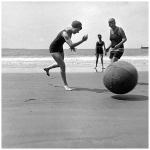 yvonne-koko-et-bibi-royan-juillet-1924-c2a9-photographie-jacques-henri-lartigue
