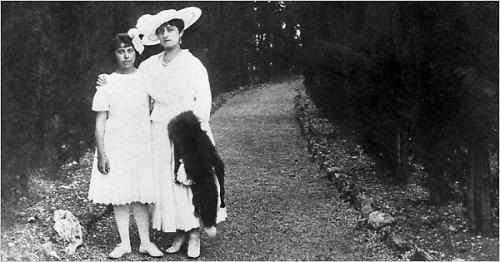 Irène Némirovsky junto a su madre