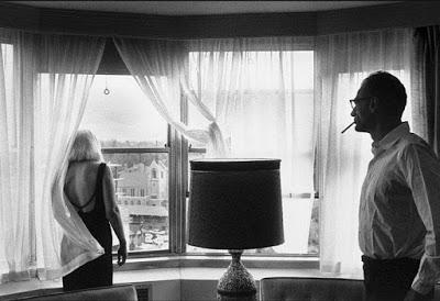 Marilyn Monroe y Arthur Miller durante el rodaje de Vidas Rebeldes. Fotografía realizada por Inge Morath para Magnum Photos.