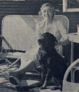 D.E. Stevenson con su perro, 1950s