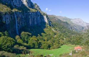 Cabana-de-la-Cascada-Parque-Natural-Collados-de-Ason