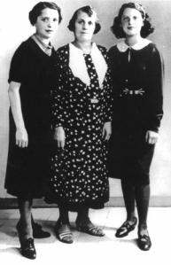 Dora Bruder con su madre y su abuela