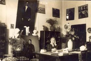 Caterina Albert trabajando en su estudio. Autor: Joan Lassús