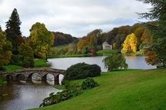 Otoño en un lago de Somerset