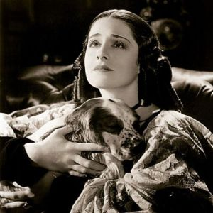 La actriz Norma Shearer como Elizabeth Barrett-Browning en The Barretts of Wimpole Street,