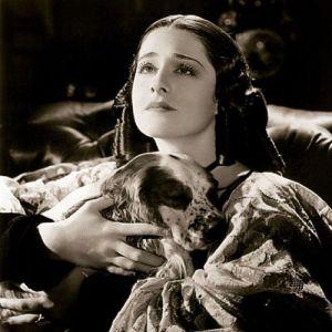 La actriz Norma Shearer como Elizabeth Barrett-Browning en The Barretts of Wimpole Street,
