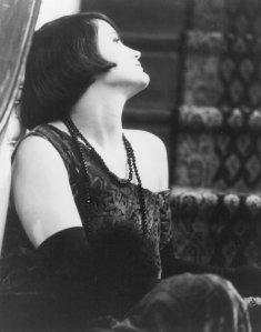Jennifer Jason Leigh como Dorothy Parker
